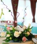 Flori trandafiri lalele crengute santini fluturasi aranjament floral botez Motel Bucium
